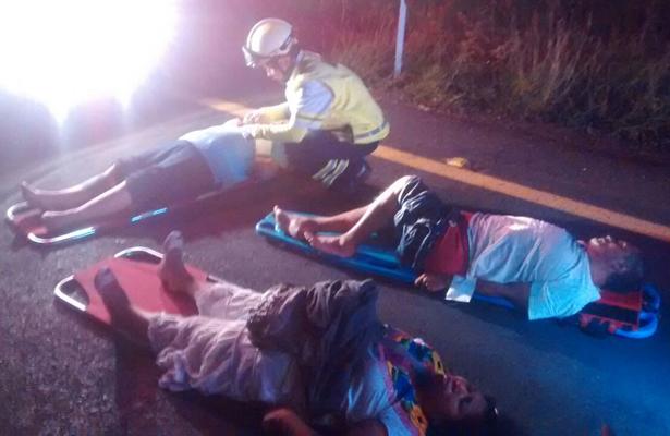 Dos muertos y 20 heridos deja choque entre autobús y tráiler, en Veracruz