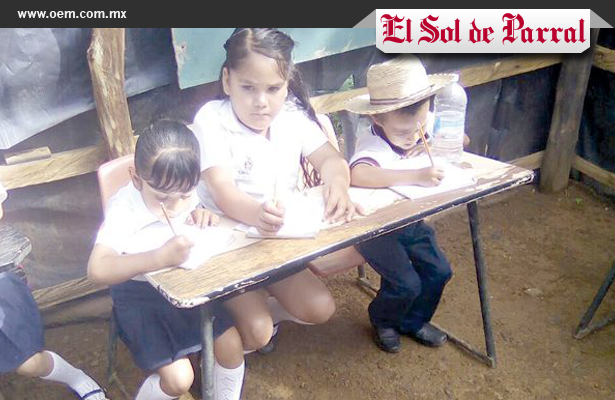 En Chihuahua; Niños sin escuela, estudian bajo un árbol.