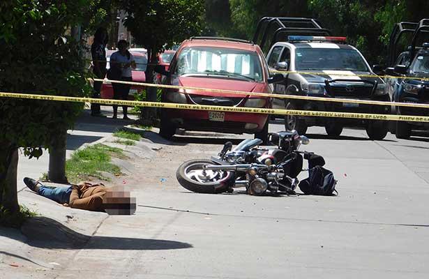 Le disparan mientras conducía su motocicleta