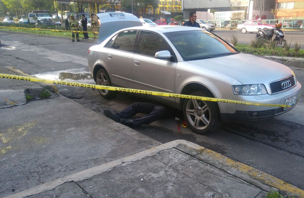 Muere policía aplastado por su auto