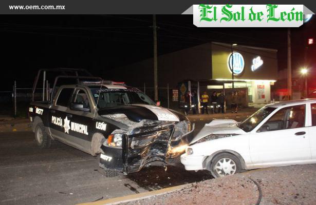 Chocan y conductores abandonan sus vehículos