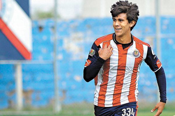 Macías contento con su gol y su debut en Chivas