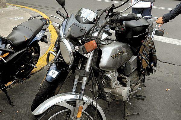 Choca motociclista contra un taxista y sufre lesiones leves