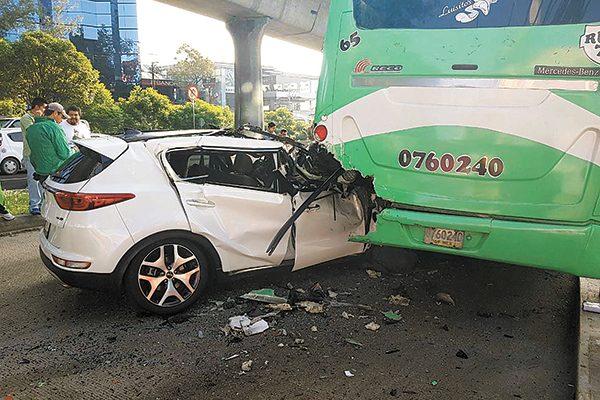Impactó en la parte trasera a una unidad de transporte público