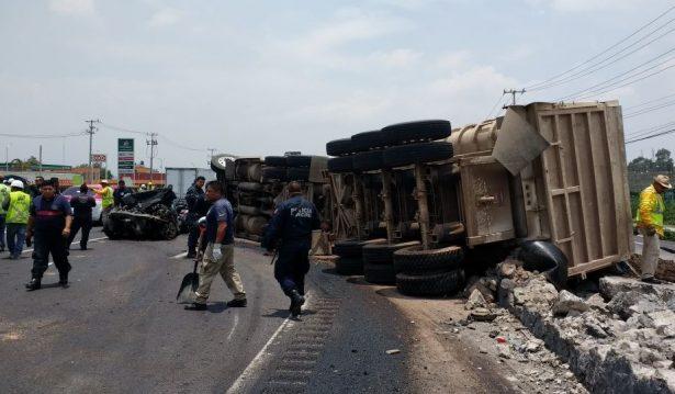 Puebla: Tráiler aplasta a dos autos en la autopista México