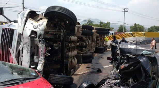 Tráiler aplasta a dos autos en la autopista México - Puebla