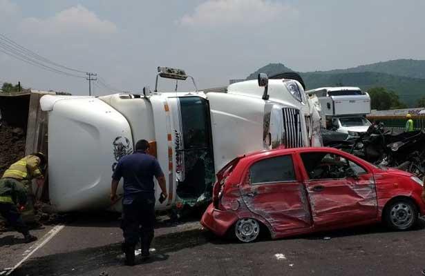 Vuelca tráiler y cae sobre vehículo en la México- Puebla