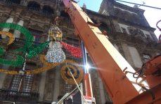Comienzan a colocar adornos patrios en el Zócalo capitalino