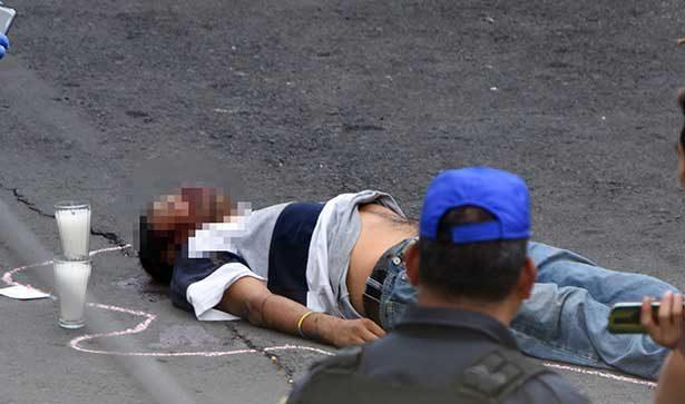 Desde microbús lanzan cadáver de un joven en la GAM