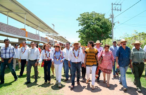 Entrega Héctor Astudillo apoyos a Ajuchitán y Tlapehuala
