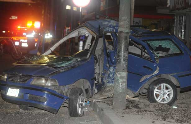 Muere prensado entre los fierros de su auto, en Periférico Oriente