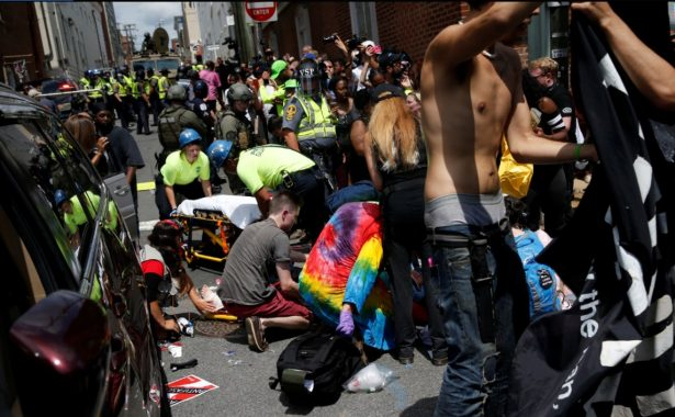 Auto embiste a una multitud en Charlottesville, EU