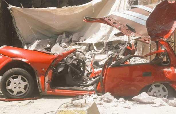 Camión de carga aplasta un automóvil, en Tecámac