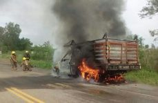 Camioneta se incendia en Sinaloa
