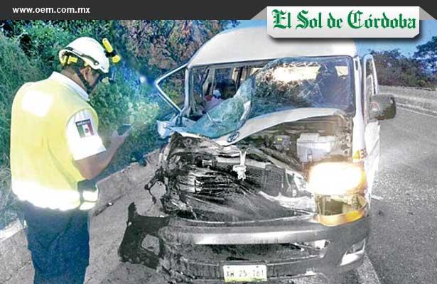 Combi se estrella contra tráiler en autopista Córdoba- Veracruz