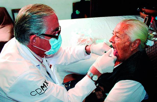 """Dentaduras en mal estado y caries, lo más atendidos por """"el médico en tu casa"""""""