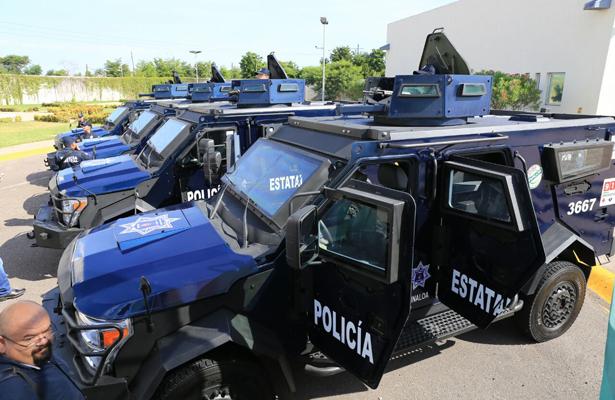 Entrega el gobernador de Sinaloa vehículos blindados a policías