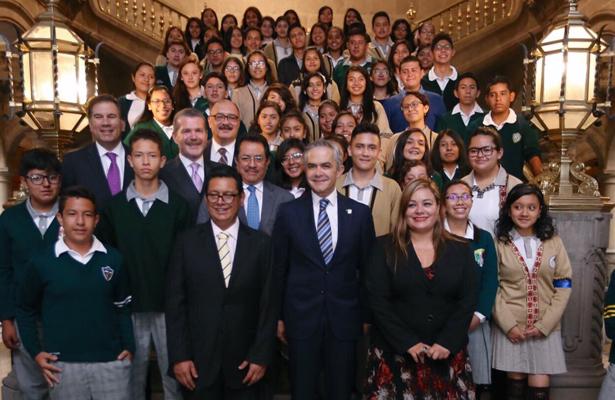 Premian con viaje a Colombia a 55 estudiantes de excelencia de Iztacalco