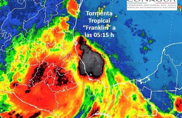 Franklin pierde fuerza al avanzar en costa de Veracruz