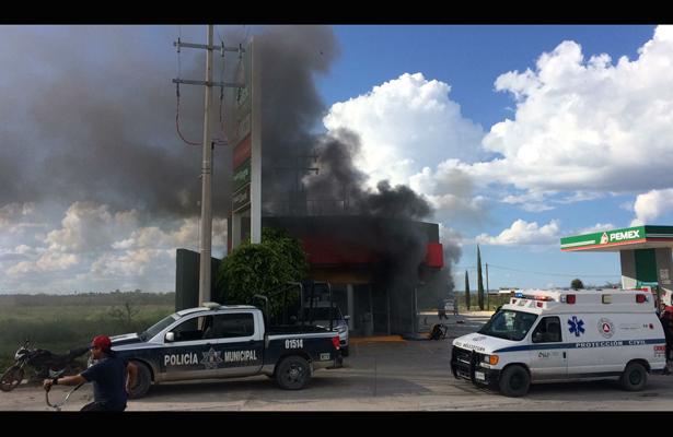 Voraz incendio consume tienda de conveniencia, en SLP