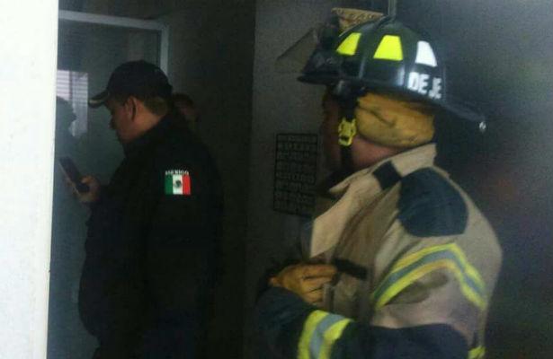Por corto circuito se incendia edificio en la Nápoles