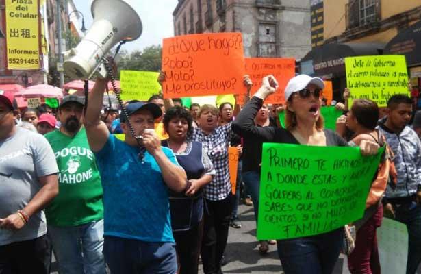 Se enfrentan ambulantes contra policías en el Zócalo