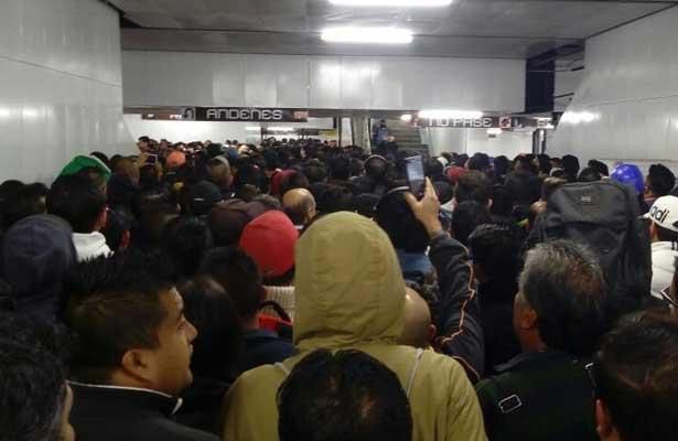 Lluvia colapsa el servicio de las estaciones del Metro