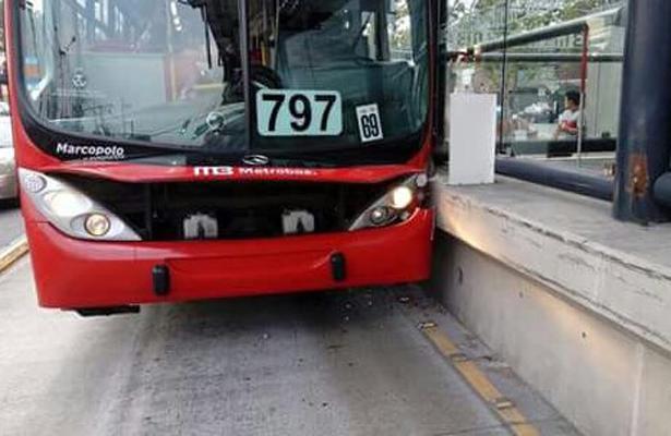Metrobús se impacta contra estación San Juan de Aragón