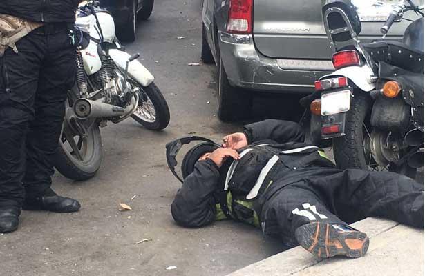 Embisten a motociclista en la Doctores
