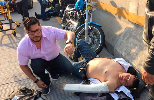 Paramédico se detiene a prestar ayuda, como un ángel para los accidentados