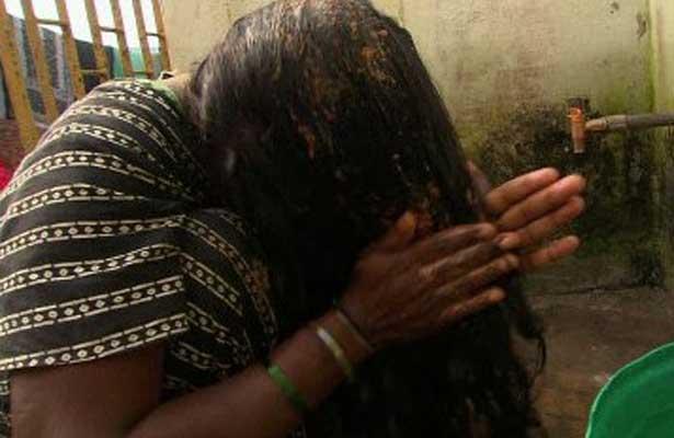 Pánico en India por extraños desmayos y cortes de pelo de sus mujeres