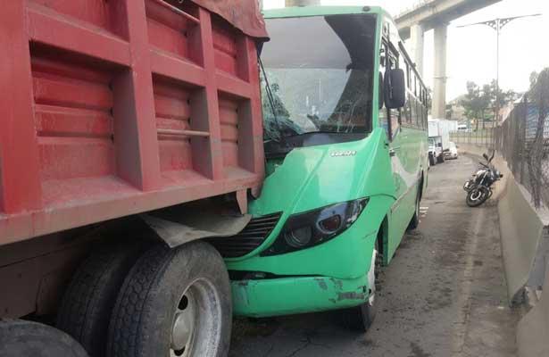 Unidad de transporte público se impacta con camión de carga