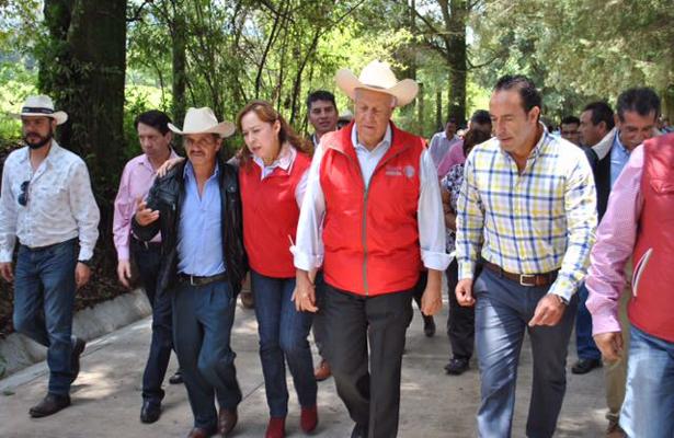 Pavimentan con concreto hidráulico el camino principal a San Simón el Alto