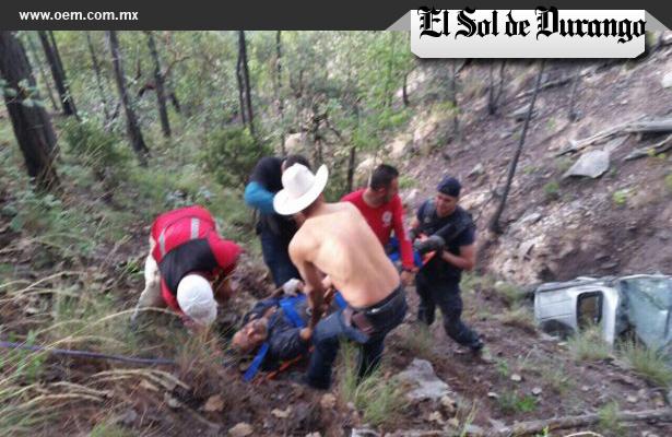 Auto con cinco pasajeros cae al barranco