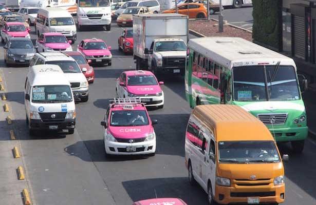 Van por taxis y microbuses que brindan servicio irregular en la CDMX