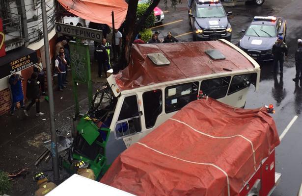 Por exceso de velocidad microbus se estrella contra un árbol