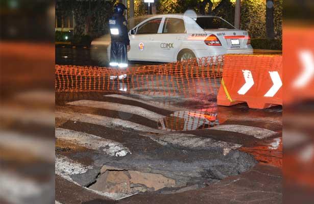 Desde ayer, autoridades trabajan para reparar socavón en Benito Juárez