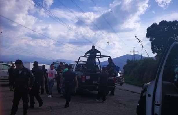 Se enfrentan pobladores y policías de Naucalpan #VIDEO
