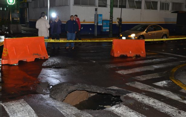 Bloquean circulación en 2 carriles para reparar socavón de Eje 8 Sur