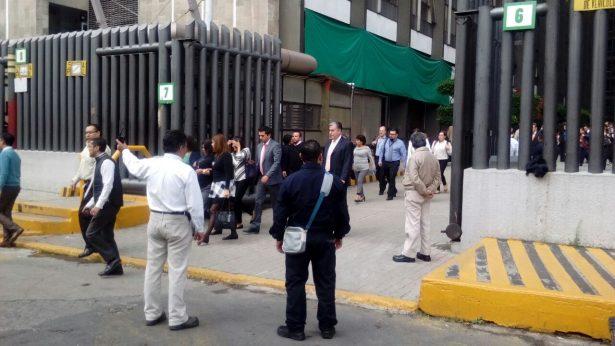 (Falsa alarma) Desalojan Torre Pemex por presunta amenaza de bomba
