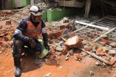 Rescatistas buscan a una mujer debajo de un edificio