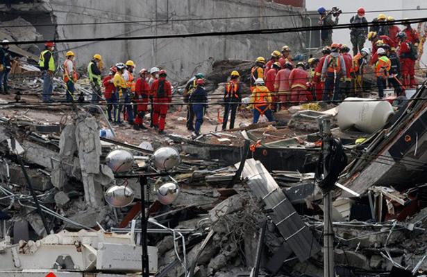 Encuentran bajo los escombros a tres alumnos del IPN