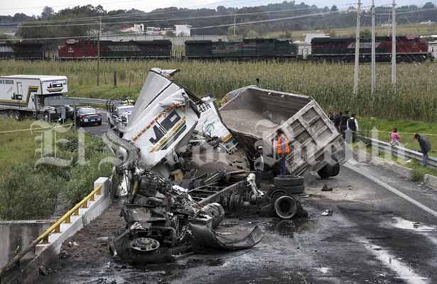Chofer muere calcinado tras choque en Puebla