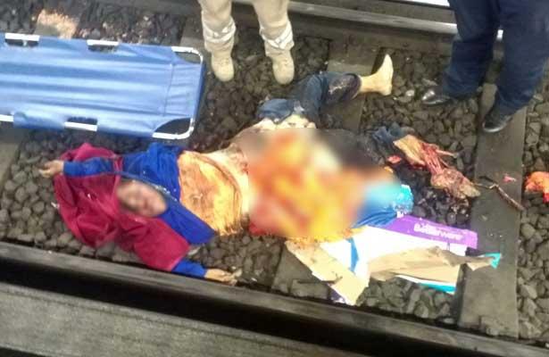 Empujan a mujer a vías del metro y muere