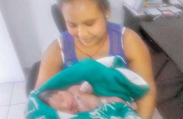 Nace bebé en la calle