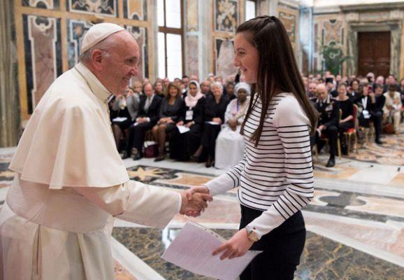 Alarma papa Francisco a jóvenes, sobre peligros en Internet