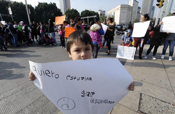 Bloquean cruce de Reforma e Hidalgo