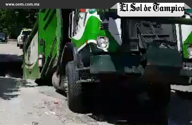 Socavón se traga camión recolector de basura