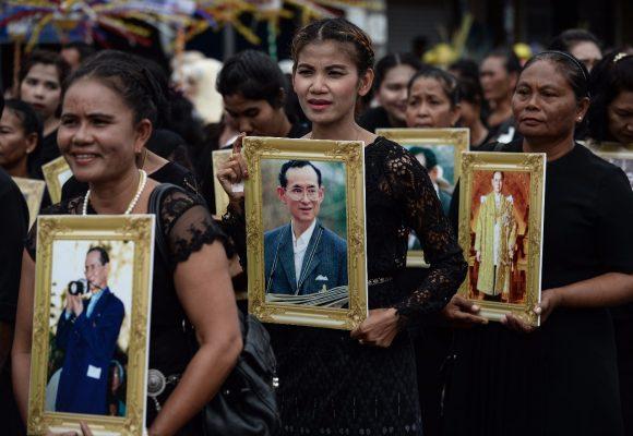 Dan último adiós a monarca Bhumibol Adulyadej de Indonesia
