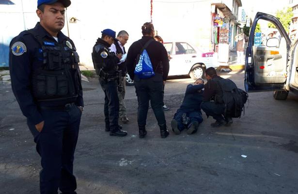 Mujer es atropellada por policía de investigación